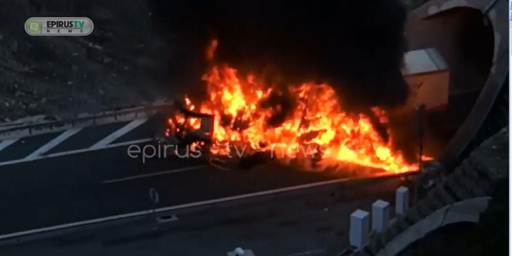 Νταλίκα τυλίχτηκε στις φλόγες στο ύψος της μεγάλης σήραγγας Μετσόβου [βίντεο]