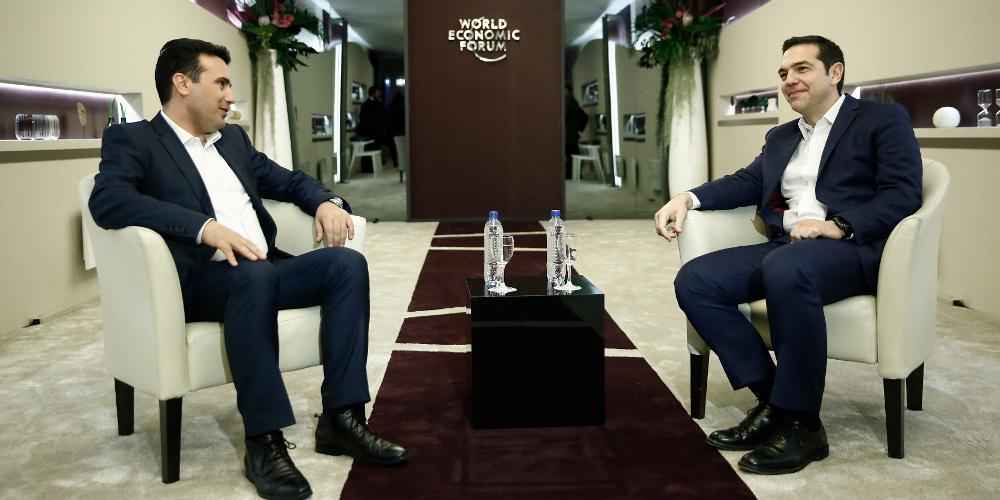 Σε εξέλιξη η κρίσιμη συνάντηση Τσίπρα-Ζάεφ στο Νταβός