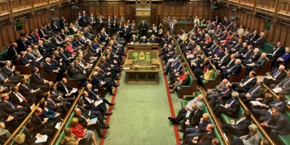 Εξοργισμένοι Σκοτσέζοι βουλευτές αποχωρούν από το κοινοβούλιο στην Βρετανία