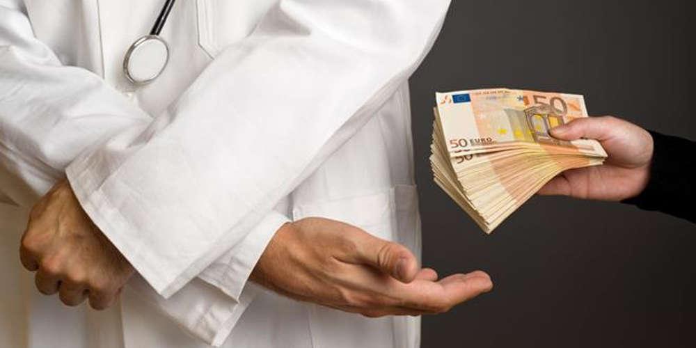 Γιατρός... μπουμπούκι: Πήρε «φακελάκι» από ασθενή για να τη βάλει στο χειρουργείο