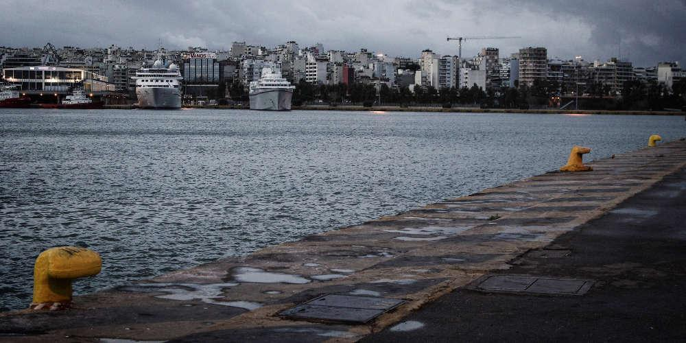 Αλλάζουν θέση στο λιμάνι του Πειραιά τα πλοία των Μινωικών γραμμών