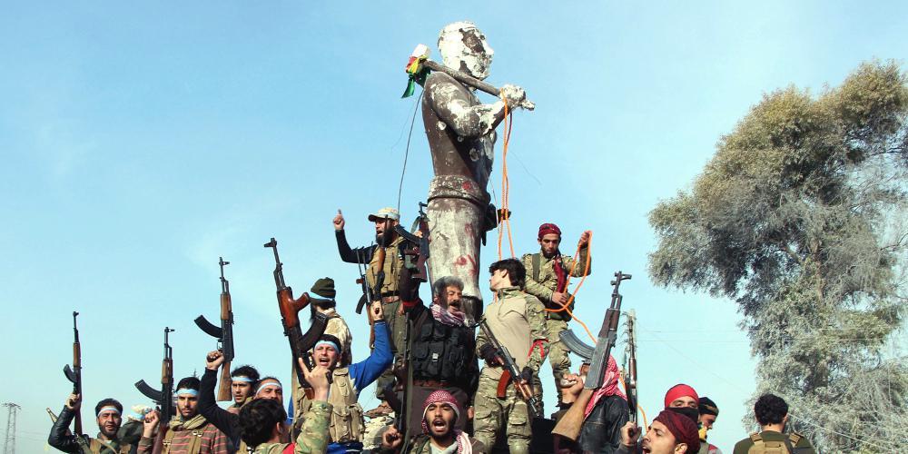 Λύσσα Τούρκων στην Αφρίν: Καίνε, σπάνε αγάλματα και κρεμάνε σημαίες