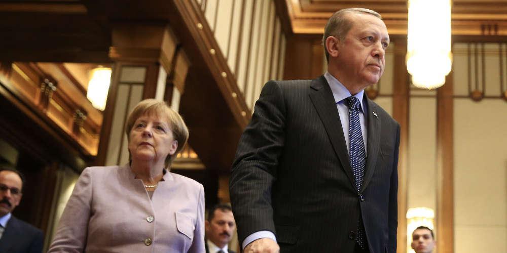 Ανυποχώρητος ο Ερντογάν: «Δεν θα αφήσουμε μόνο του τον Σάρατζ» είπε μπροστά στη Μέρκελ
