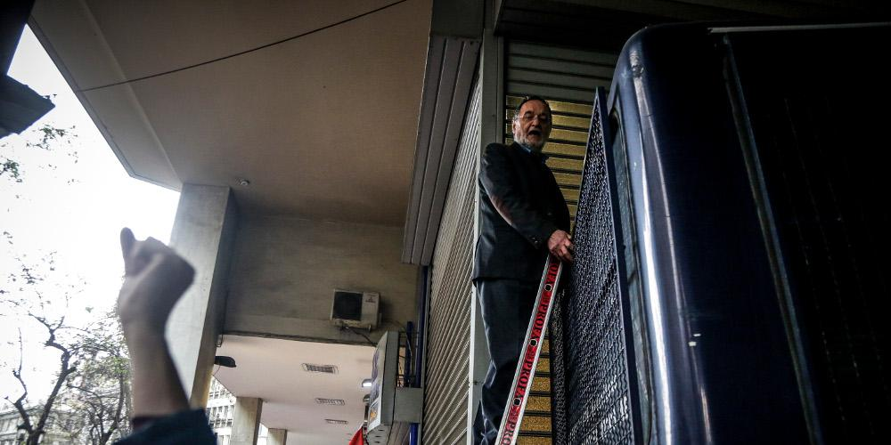 Απίστευτο: Ο Λαφαζάνης με σκάλα και ανέβηκε στην κλούβα των ΜΑΤ στην διαδήλωση κατά των πλειστηριασμών
