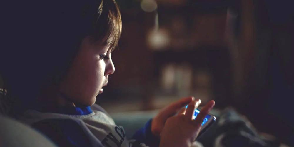 Ανήλικοι στα «δίχτυα» των social media – Το 55% κάτω των 13 τα χρησιμοποιούν καθημερινά!