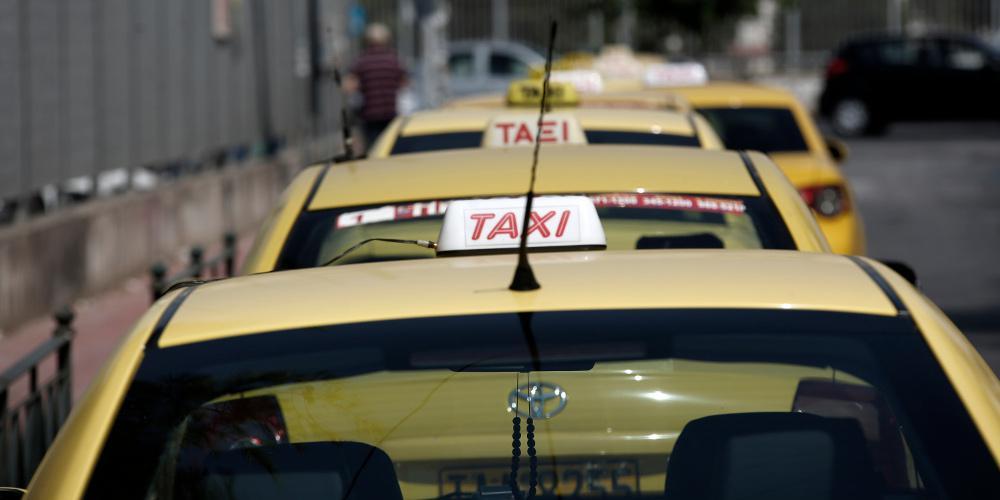 Μειώνεται ο ΦΠΑ στα ταξί από 24% στο 13%