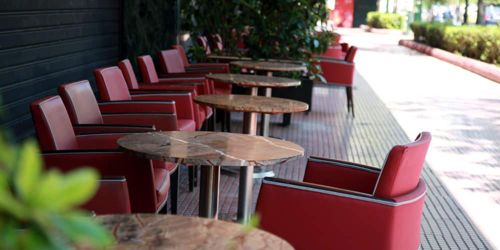 Αλλάζουν τα μαγαζιά της Αθήνας: Με μία κίτρινη γραμμή θα οριοθετούνται τα τραπεζοκαθίσματα