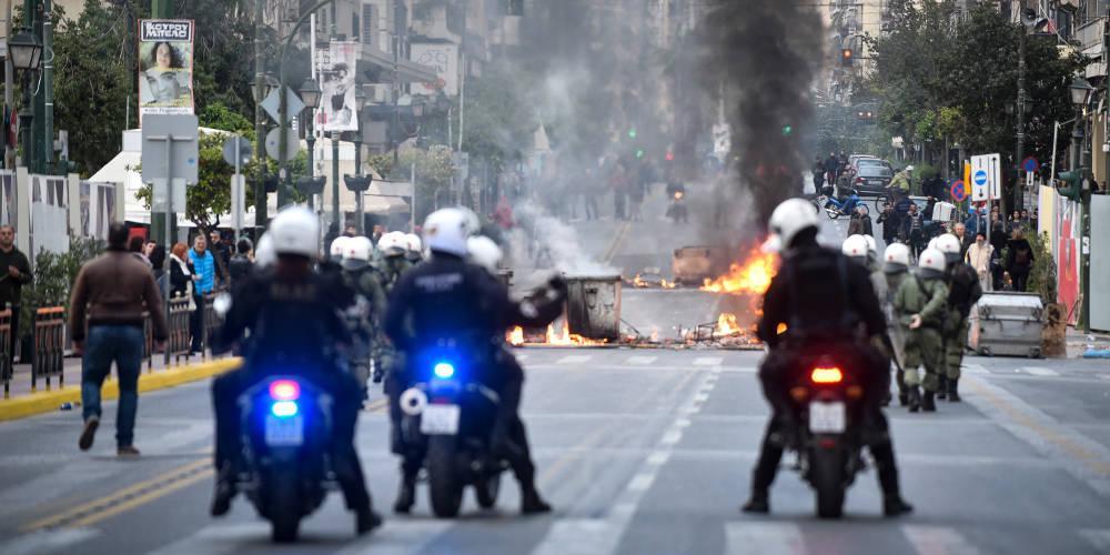 Κουκουλοφόροι αποπειράθηκαν να επιτεθούν σε αστυνομικούς στην Πατησίων
