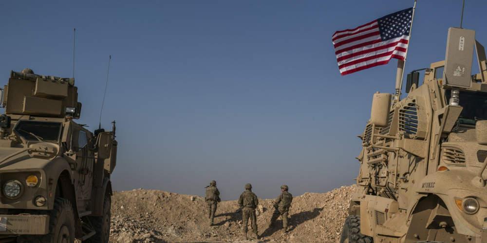 Με κατάρες, πέτρες και... σάπια φρούτα το «αντίο» των Κούρδων στα αμερικανικά στρατεύματα στη Συρία [βίντεο]