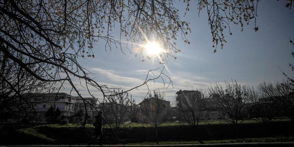 Πρόγνωση καιρού: Ανεβαίνει η θερμοκρασία σήμερα Δευτέρα σε όλη τη χώρα
