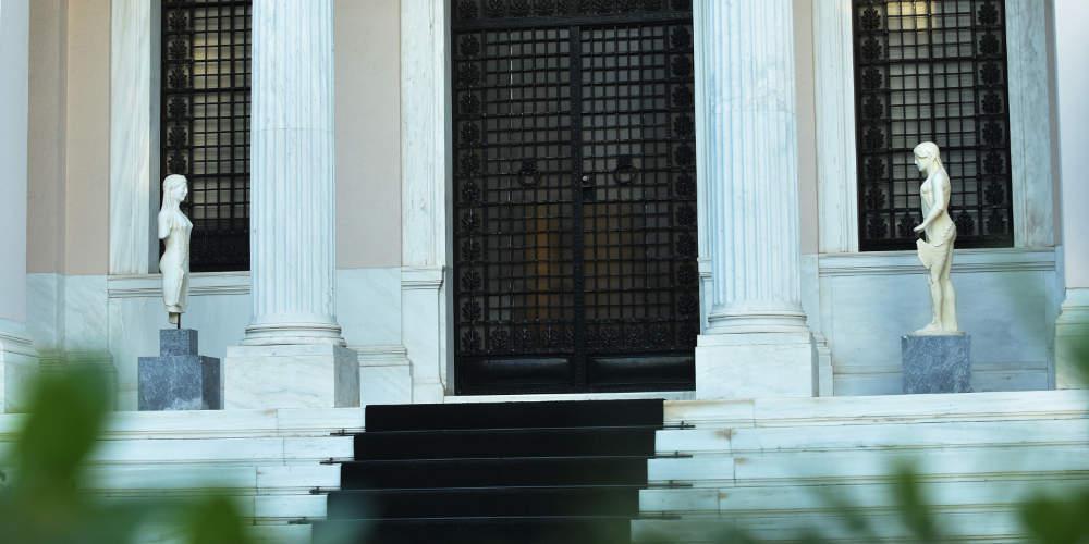 Έκτακτη σύσκεψη Φλαμπουράρη-τραπεζιτών στο Μαξίμου για τα κόκκινα δάνεια