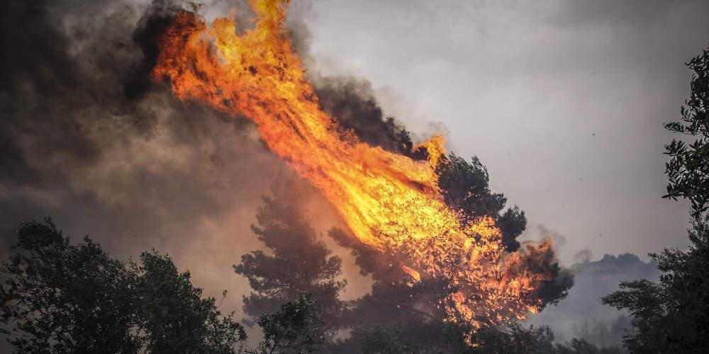 Μαίνεται η πυρκαγιά στο Λαύριο: Και εναέρια μέσα στη μάχη της κατάσβεσης