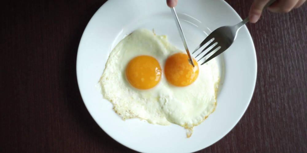 Με τι δεν πρέπει να φας το αβγό; - Τα δύο «απαγορευμένα» τρόφιμα
