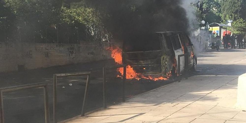 Οπαδοί της ΑΕΚ έβαλαν φωτιά σε αυτοκίνητο οπαδών του ΠΑΟΚ στη Νερατζιώτισσα