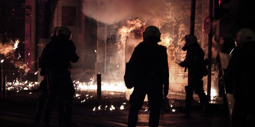 «Πόλεμος» με μολότοφ στην Θεσσαλονίκη από κουκουλοφόρους