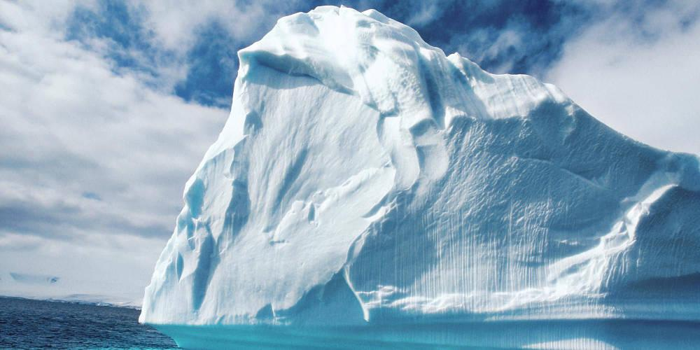 Ένα τεράστιο παγόβουνο αποσπάστηκε από την Ανταρκτική