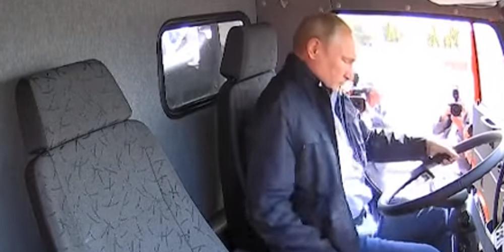 Ο Πούτιν έγινε... οδηγός φορτηγού για να γιορτάσει τα εγκαίνια γέφυρας [βίντεο]