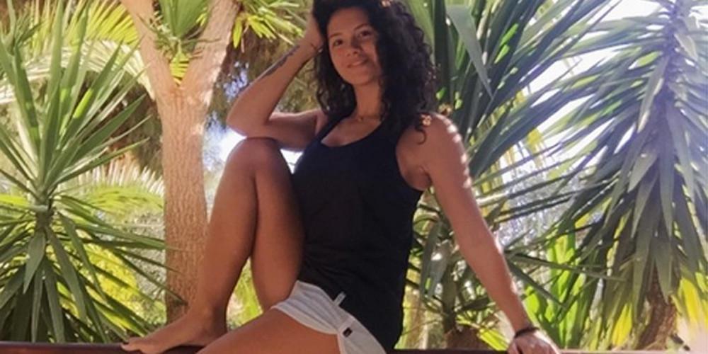 Η Μαριάννα Καλέργη απλώνει το κορμί της στην άμμο και ξεσηκώνει [εικόνα]
