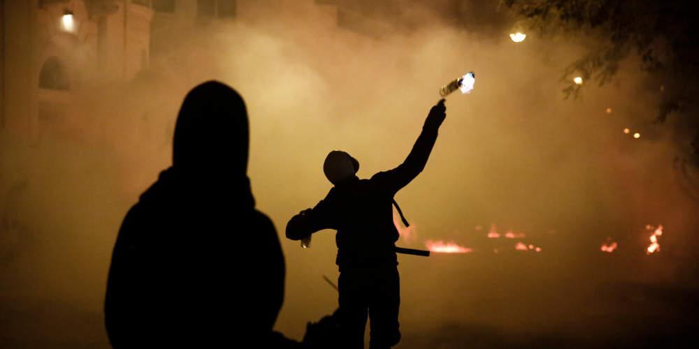Μπαράζ επιθέσεων με μολότοφ τα ξημερώματα στην Καισαριανή