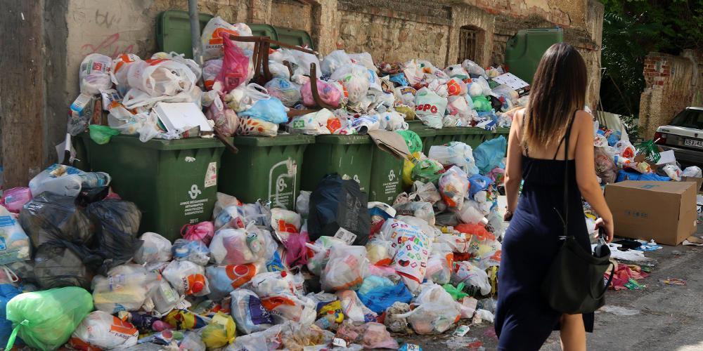 Έμειναν από καύσιμα και τραβούν χειρόφρενο απορριμματοφόρα στην Κρήτη [βίντεο]