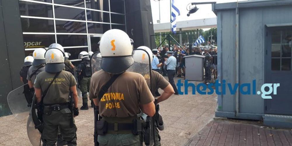 Ντου και επίθεση σε βουλευτή του ΣΥΡΙΖΑ στην Θεσσαλονίκη από διαδηλωτές [βίντεο]