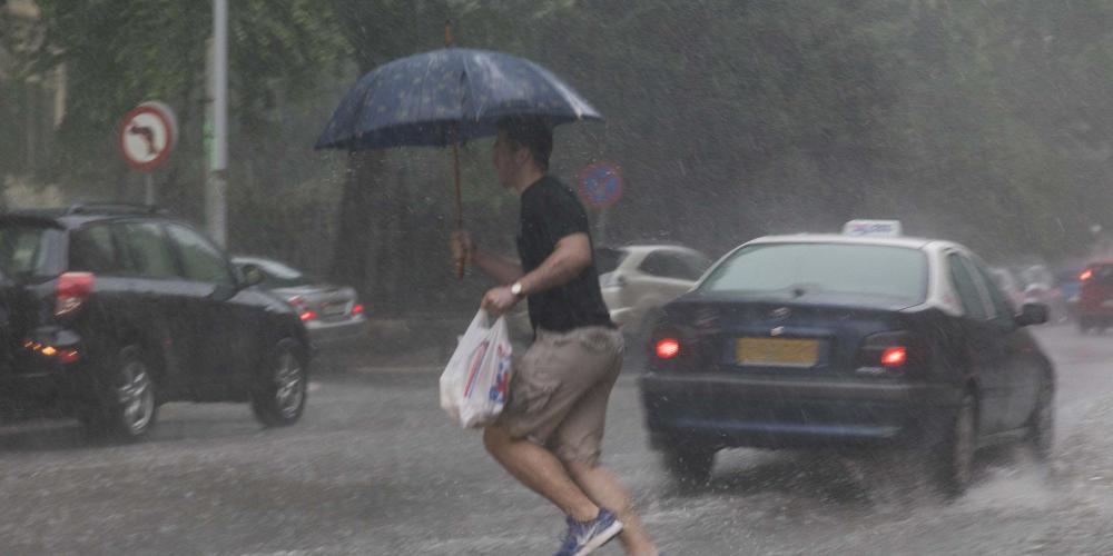Καιρός: Πού θα πέσουν βροχές και καταιγίδες το Σάββατο – Αγγίζει το 38άρι ο υδράργυρος