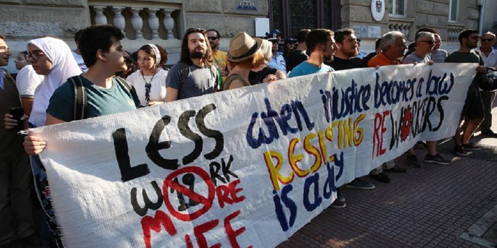 Συγκέντρωση διαμαρτυρίας μπροστά από την πρεσβεία της Αυστρίας κατά του 12ωρου εργασίας