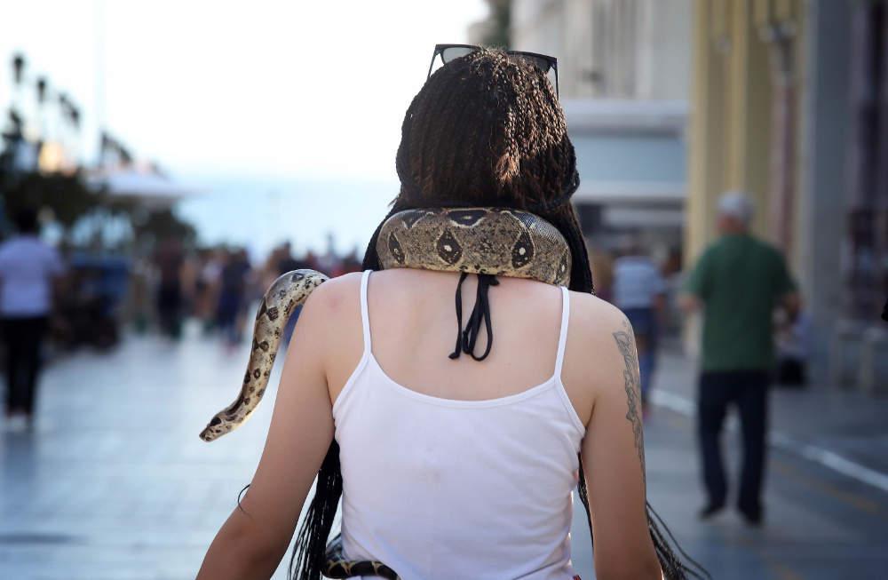 Απίστευτο: Νεαρή κυκλοφορούσε στη Θεσσαλονίκη με φίδι γύρω από τον λαιμό της [εικόνες]
