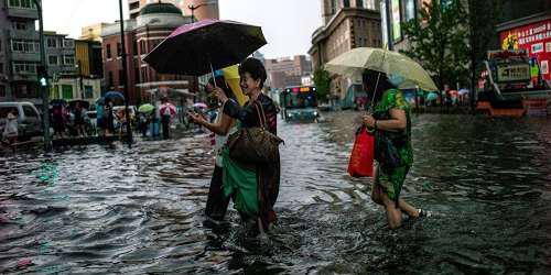«Παραλύει» η Κίνα από τις σφοδρές καταιγίδες και τις πλημμύρες