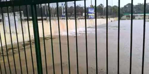 Απίστευτο βίντεο: Γήπεδο στην Παλλήνη έγινε λίμνη από την καταιγίδα