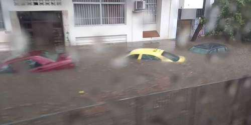 Σφοδρές καταιγίδες «χτύπησαν» και πάλι την Αττική – Ποτάμια οι δρόμοι – Μείνετε σπίτι συνιστά η Γ.Γ.Π.Π.