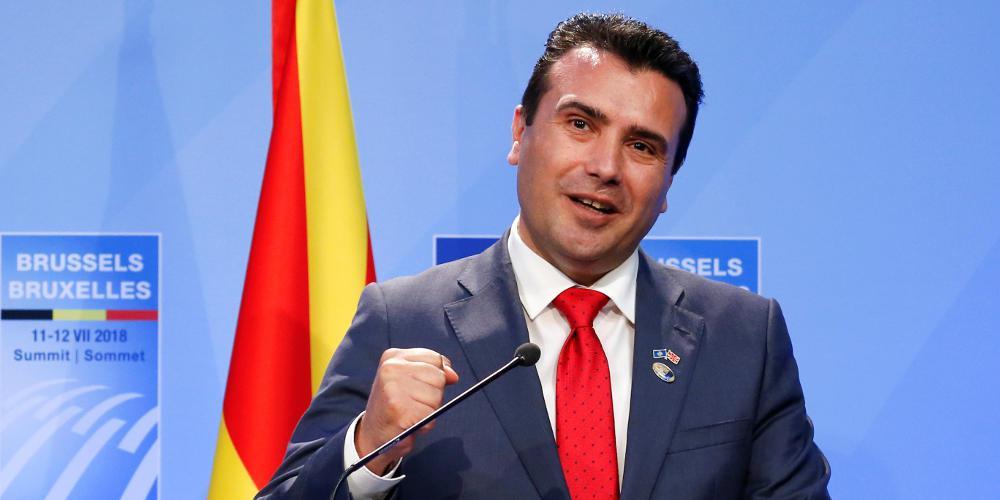 Πανηγύρια στα Σκόπια για την πρόσκληση του ΝΑΤΟ – Ο Ζάεφ φίλησε το στιλό!