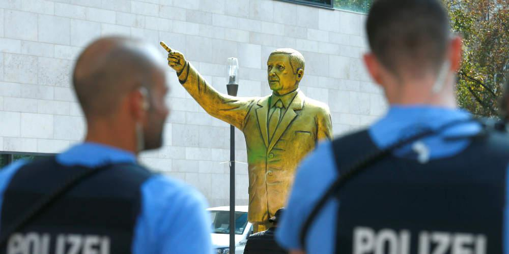 Αποσύρθηκε άγαλμα του Ερντογάν από φεστιβάλ τέχνης στη Γερμανία λόγων έντονων αντιδράσεων