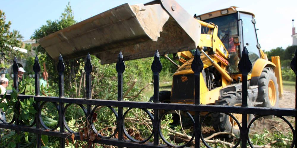 Ξεκινά η επιχείρηση «μπουλντόζα» - Ο Σταθάκης διέταξε 22 κατεδαφίσεις αυθαιρέτων
