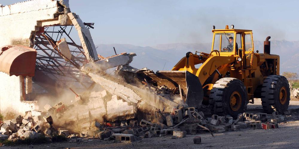 Ο κακός χαμός στη Χειμάρρα με κατοίκους να συγκρούονται με κρατικούς υπαλλήλους λόγω των κατεδαφίσεων [βίντεο]