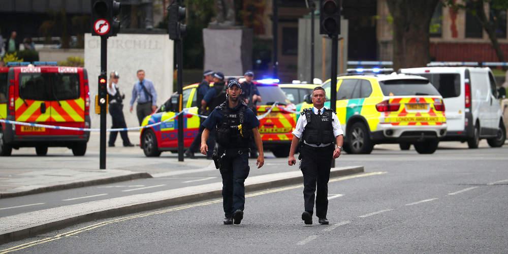 Συναγερμός στο Λονδίνο: Ερευνάται διαρροή χημικής ουσίας σε εμπορικό δρόμο