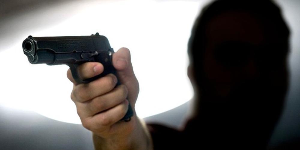 Παραδόθηκε ο «πιστολέρο» που πυροβόλησε λεωφορείο έξω από το Κάραβελ