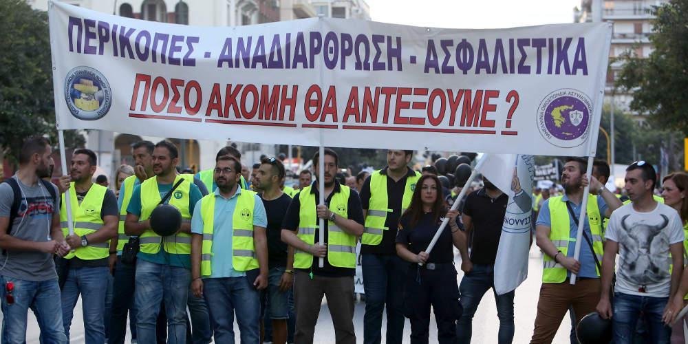 Συγκέντρωση διαμαρτυρίας πραγματοποιούν ένστολοι στον Λευκό Πύργο [βίντεο]
