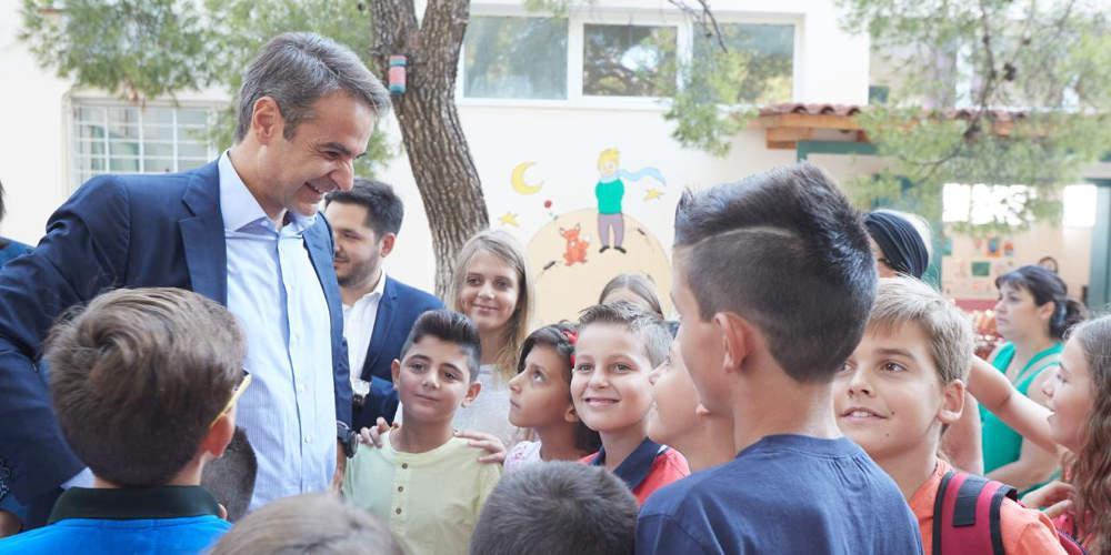 Μητσοτάκης σε αγιασμό σχολείου στη Ραφήνα: Καλή και παραγωγική χρονιά