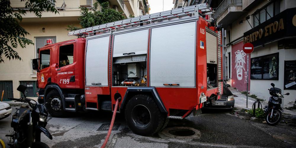 Απεγκλώβισαν ηλικιωμένη από το φλεγόμενο διαμέρισμα στου Ζωγράφου- Υπό έλεγχο η πυρκαγιά [εικόνες]