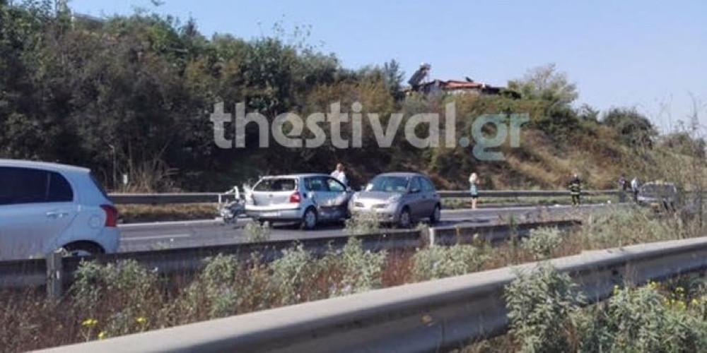 Βίντεο-σοκ με σκληρό τροχαίο στη Θεσσαλονίκη: Αυτοκίνητο «σήκωσε» γυναίκα στο αέρα