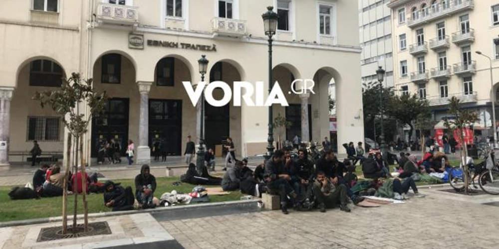 Καταυλισμός προσφύγων το κέντρο της Θεσσαλονίκης – Έχουν κατασκηνώσει στην πλατεία Αριστοτέλους [βίντεο]