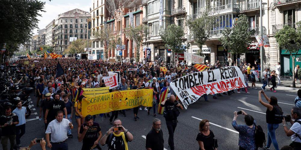 Στους δρόμους οι Καταλανοί για τον ένα χρόνο από το δημοψήφισμα για την ανεξαρτησία [εικόνες]