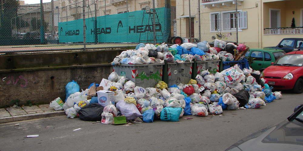 Τα σκουπίδια πνίγουν την Κέρκυρα - Δεν πάνε στα σχολεία τα παιδιά