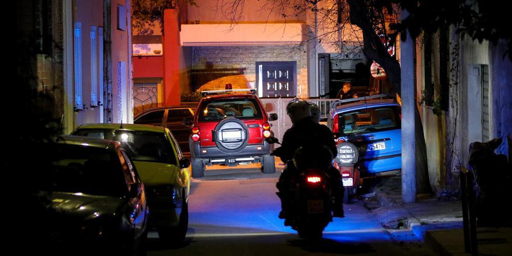 Απίστευτο: Τράβηξαν καλάσνικοφ σε αστυνομικούς αφού μπούκαραν με όχημα σε μαγαζί