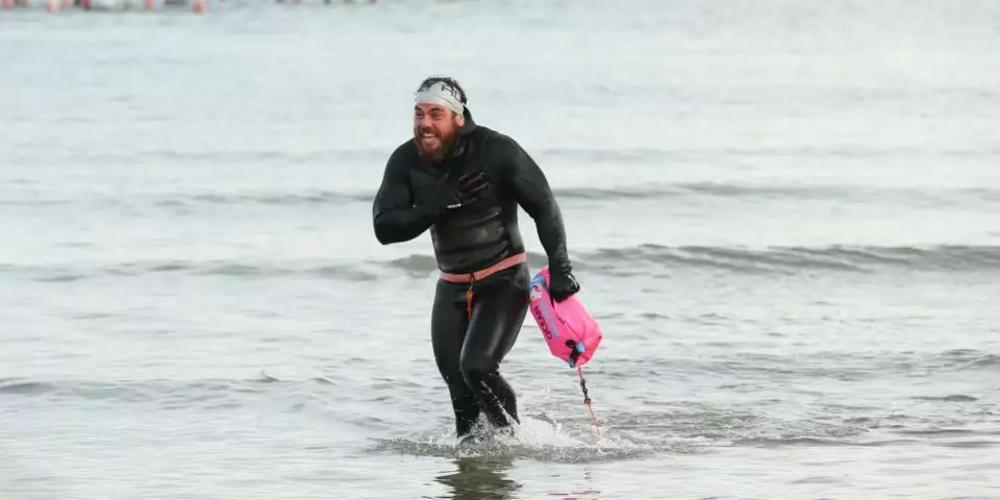 Αυτός ο άνδρας έκανε τον γύρο της Βρετανίας κολυμπώντας! [βίντεο]