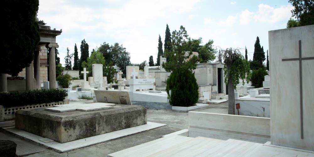 Πάτρα: Και όμως τα κατάφεραν - Τράκαραν μέσα σε νεκροταφείο