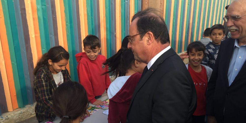 Στο κέντρο φιλοξενίας προσφύγων στον Ελαιώνα ο Φρανσουά ΟλάντΣτο κέντρο φιλοξενίας προσφύγων στον Ελαιώνα ο Φρανσουά Ολάντ