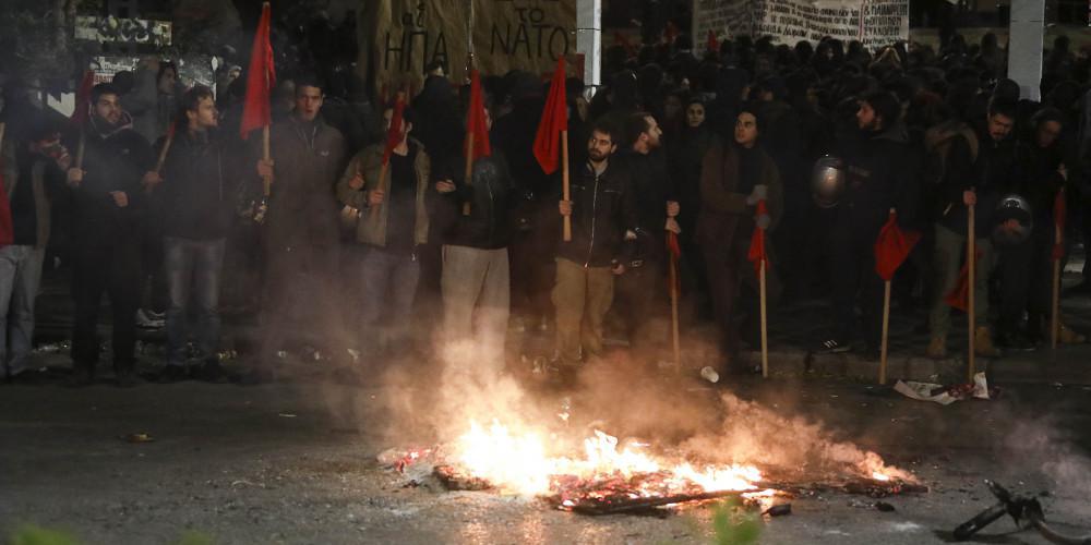Επεισόδια στη Θεσσαλονίκη - Μολότοφ και χημικά μετά την πορεία για το Πολυτεχνείο [βίντεο]
