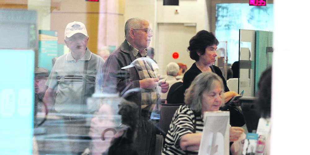 Χάος με τις συντάξεις στα ΑΤΜ: Μικρότερα ποσά έβρισκαν οι συνταξιούχοι